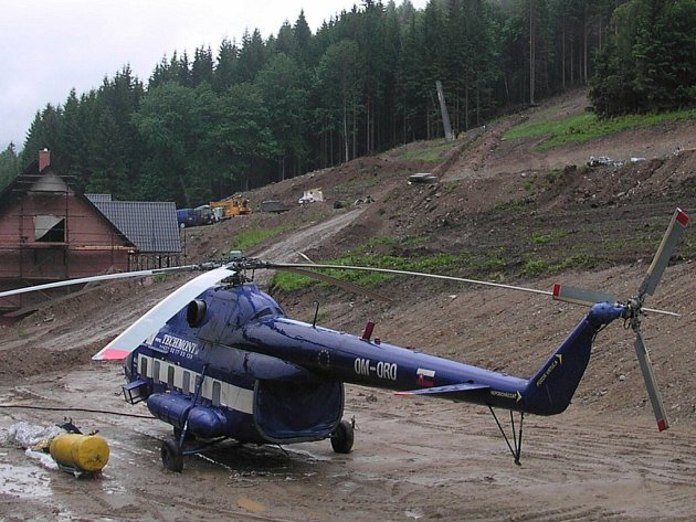 Piloti jsou připraveni, ale vrtulník musí občas počkat na lepší počasí.