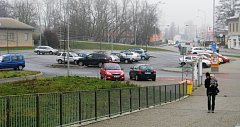 Parkoviště před nádražím v Zábřehu.