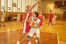 Ondřej Šich (s míčem) na archivním snímku
