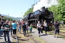 Příjezd parního vlaku na zahájení lázeňské sezony v Jeseníku v roce 2012.