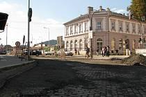 Již měsíc pracují dělníci na rekonstrukci ulice 17. listopadu v Šumperku. Část ulice od křižovatky s Jeremenkovou ulicí až po Jesenickou je uzavřená. Chodci, kteří míří na vlakové nádraží, tak musejí procházet staveništěm