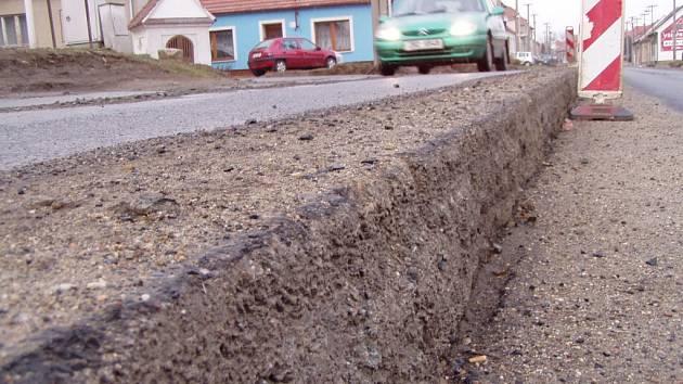 Přes sto milionů bude stát oprava silnice z Bílého potoka do Dolního Údolí  (ilustrační foto)