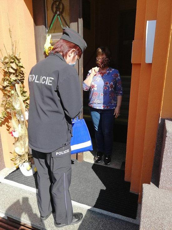 Policisté obdarovaly děti z dětských domovů a seniory.
