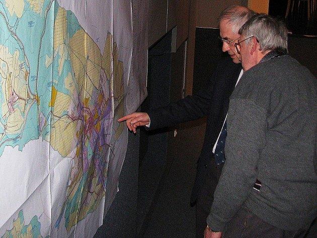 Zastupitelé probírají územní plán nad mapou