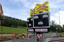 Výstavba železničního přejezdu se závorami ve Vápenné