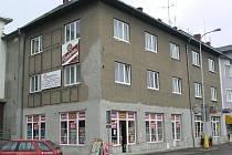 Tento dům vedle pošty v Postřelmovské ulici v Šumperku je už 16 let předmětem sporů mezi městem a rodinou Vavříkových