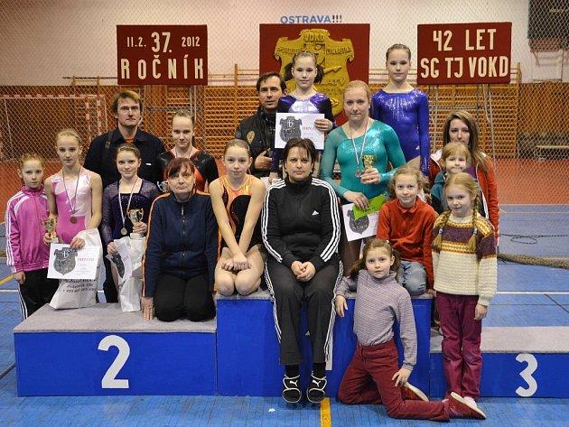 Společná fotka šumperských gymnastek na závodech v Porubě