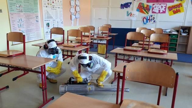 Hasiči prováděli dezinfekci vnitřních prostor v Základní a mateřské škole Loučná nad Desnou.