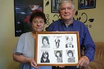 Manželé Lanšperkovi s fotografiemi svých dětí.