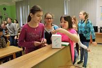 Školáci z Úsova stavěli sněhuláky z nejrůznějšího materiálu. Připojili se tak do projektu Sněhuláci pro Afriku.