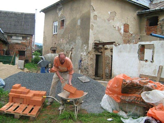 Rekonstrukce kulturního domu ve Velkých Kuněticích začala.