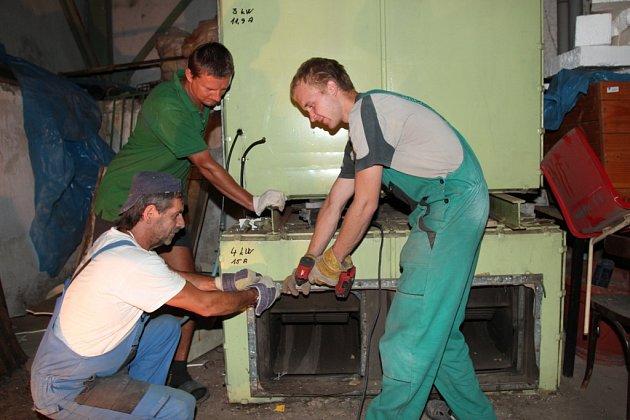 Dělníci při demontáži srdce staré vzduchotechniky na krytém bazénu v Mohelnici.