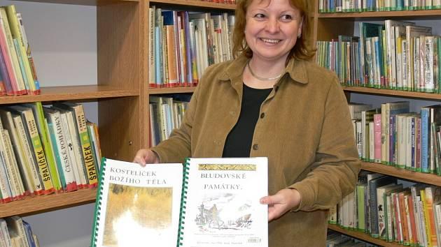 Knihovnice Lenka Havlíčková ukazuje v nové bludovské knihovně publikaci místního autora Františka Pavlů.