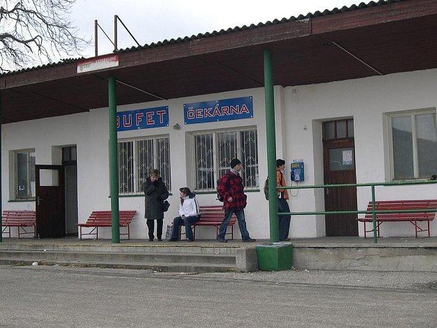 Čekárna na autobusovém nádraží v Mohelnici má už nového majitele – Luďka Vlacha