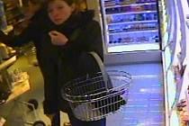 Pachatelka krádeže řasenek zachycená bezpečnostní kamerou
