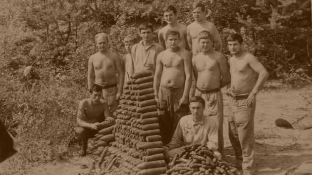 Likvidace nevybuchlé munice v údolí Drozdovské Pily v druhé polovině 60. let 20. století.