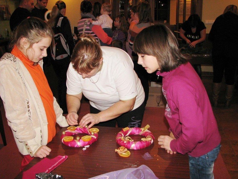 Vyrobit si adventní věnečky z chvojí nebo z kousků látek či další ozdoby na sváteční stůl mohli návštěvníci adventní dílny, kterou připravilo Pivovarské muzeum v Hanušovicích. Zájem veřejnosti byl velký.