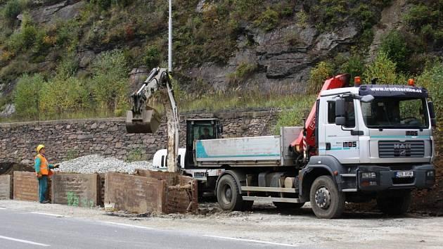 Stavba kanalizace v Jindřichově.