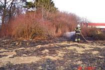 Požár trávy v Jestřebí