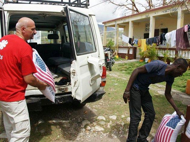 Pracovníci Arcidiecézní charity Olomouc Klára Löffelmannová a Martin Zamazal pomáhají na hurikánem zpustošeném Haiti.