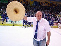 Trenér Radek Kučera se zdraví s fanoušky na šumperském zimáku