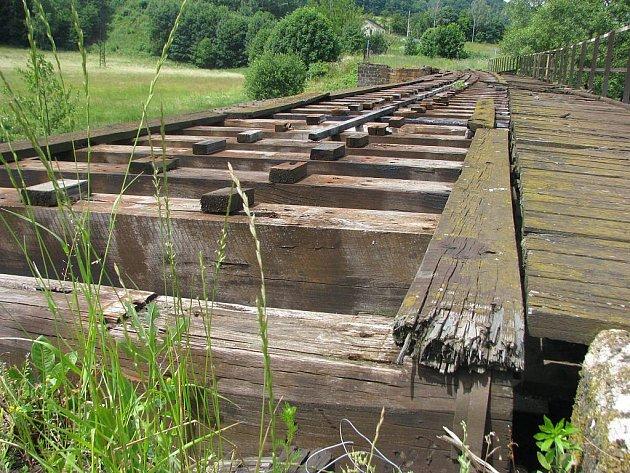Pokud se záměr s proměnou opuštěné trati v cyklostezku podaří, bude nutné opravit i starý železniční most u Hněvkova