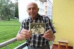 Ilias Cumaropulos drží snímek, kde je vyobrazen s manželkou, bratrem a dcerou.