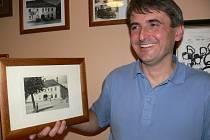 Jan Konečný se  sto let starou fotografií rodinného hotelu.