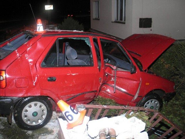 Šestatřicetiletá řidička zKolšova dostala na namrzlé silnici vDolních Studénkách na Šumpersku smyk, pak narazila do dvou plynových budek a plotu urodinného domu.