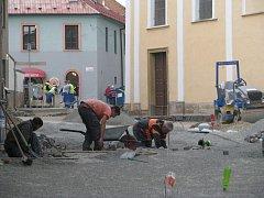 Na Kostelním náměstí v centru Mohelnice už dělníci začali s pokládkou dlažby tvořené žulovými kostkami.