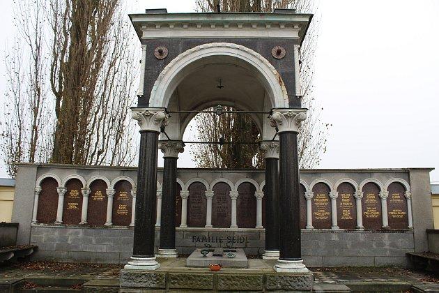 """Součástí honosných rodinných hrobek na šumperském hřbitově je často tzv. """"castrum doloris"""", což je zastřešení vlastní hrobky, které má evokovat postel snebesy. Kromě rodiny Seidlů, které projektoval hrobku architekt hřbitova, zde najdeme katafalky rodu S"""