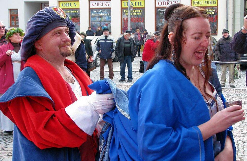 Recesisté z Cechu přátel pátého ročního období v Mohelnici zahájili 11. 11. v 11 hodin a 11 minut novou sezonu plnou veselí, zábavy, radovánek a karnevalů. Do svých řad přijali novou členku Hanu Šrámkovou, která v cechovní kašně, neboli neckách, skládala