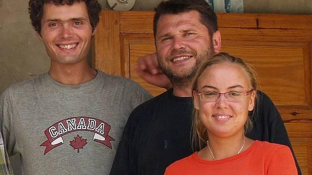 Na snímku je dobrovolnice Charity Eva Dostálová a mechanik Filip Hlásný (první zleva) při minulém pobytu na Haiti