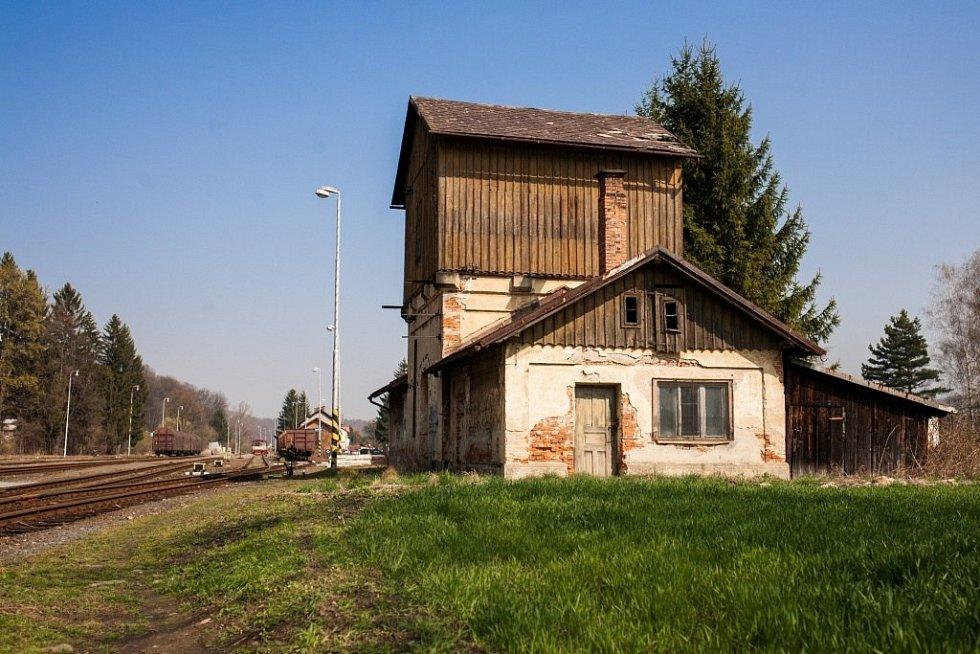 První vlak do Mikulovic přijel v roce 1888. Éru parních lokomotiv připomíná chátrající vodárna.