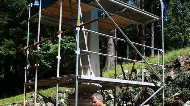 Restaurátoři dokončují opravu Polského pomníku na kolonádě jesenických lázní.