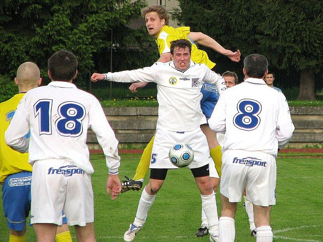 Snímek z utkání Šumperku s Jakubčovicemi (bílé dresy)