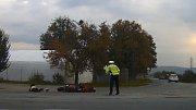 Motorkář najel v Mohelnici do policistky, která se jej snažila zastavit. Snímek incidentu zachycený kamerou policejního vozu