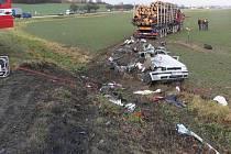 Tragická nehoda u Zvole. Řidič golfu zemřel po srážce s náklaďákem plným dřeva