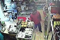 Bezpečnostní kamera zachytila lupiče, který 24. června kolem poledne přepadl prodavačku v prodejně potravin v Závořické ulici v Postřelmově