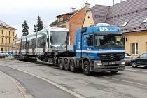 Přeprava tramvaje vyrobené v místním podniku Pars Nova ulicemi Šumperku.