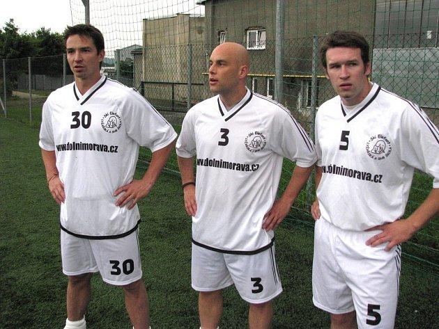 Hokejisté Dušan Bařica (uprostřed), vlevo Petr Čajánek, vpravo Jiří Osina, na archivním snímku.
