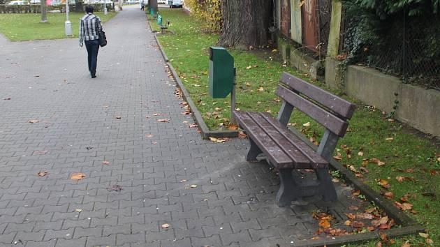 Plastová lavička v parku na náměstí Hrdinů v Jeseníku.