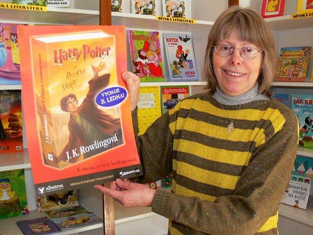 Plakát lákající na nejnovější díl Potterovské ságy se chystá do výloh knihkupetcví, včetně prodejny Zdenky Hlaváčové v Šumperku.