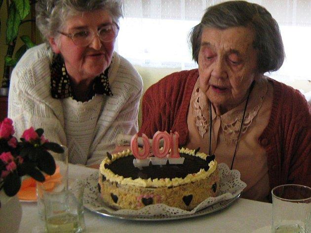 Kolik let byste hádali Hildegardě Šustalové z Jeseníku (na snímku vpravo)? Sedmdesát? Musíte přidat. Žena v pátek oslavila rovnou stovku. Prozradila, že dvakrát denně cvičí, nemá rádio ani televizi, ale o dění se zajímá. Pravidelně čte noviny.