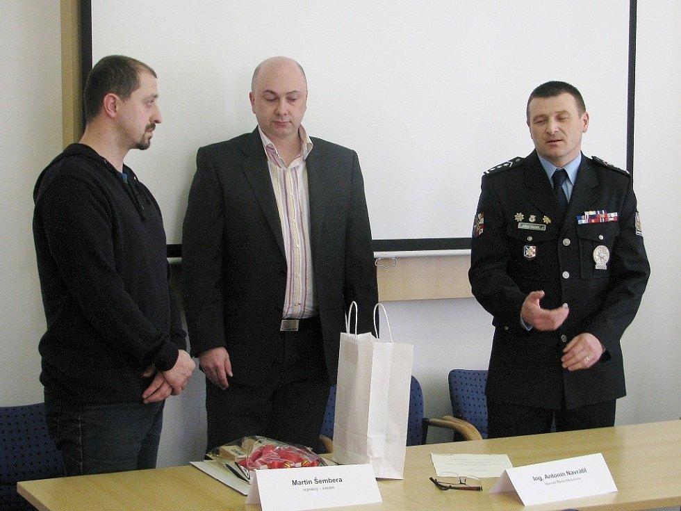 Vlevo je oceněný Martin Šembera, uprostřed mohelnický starosta Antonín Navrátil, vpravo Libor Giesel, vedoucí územního odboru Police ČR.