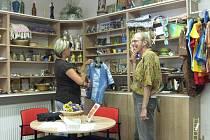 Klienti Oázy pracují v recepci Charity Zábřeh