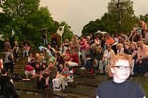 Jen polovinu hry Dámská šatna stihly odehrát dámy z Klicperova divadla v Hradci Králové, než je i s diváky festivalu Divadlo v parku vyhnal z letní scény déšť