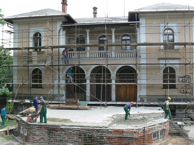 Dělníci budou na opravě Vily Doris pracovat i v noci.