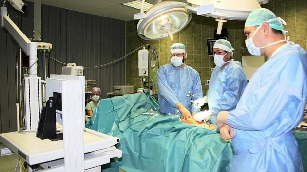 Šumperští lékaři zavádějí v těchto dnech novou ojedinělou metodu výměny kolenních kloubů. Během náročných operací začali využívat jednu z nejmodernějších technologií.