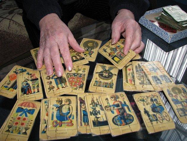 Šumperská kartářka paní Marie věští z karet i z knížky